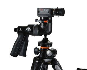 Widok z boku kamery postawionej na statywie